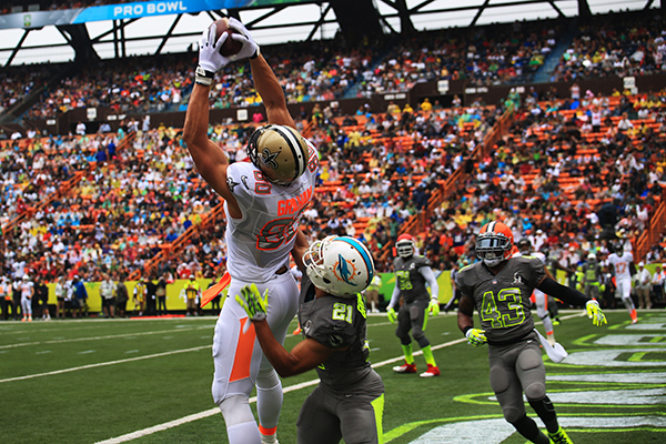 Jimmy Graham (left), tight end for the New Orleans Saints, catches a touchdown pass from Drew Brees, quarterback for the New Orleans Saints, during the 2014 National Football League Pro Bowl at the Aloha Stadium, Hawaii, Jan. 26, 2014. (U.S. Marine Corps photo by Lance Cpl. Matthew Bragg)